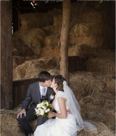 couple kissing at the barn