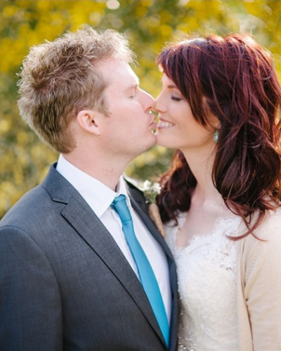 couple kissing in blurred background
